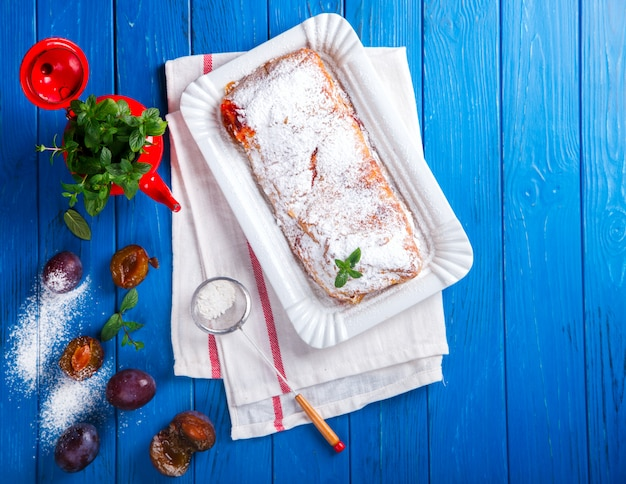 Torte, strudel mit beeren und obst