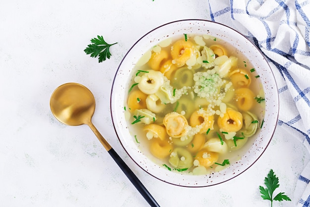Tortellini in brühe, italienisches traditionelles gericht. italienische pasta. draufsicht, flach liegen, oben