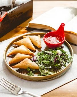 Torten mit fleisch-rucola-zwiebel-rettich und chilisauce seitenansicht