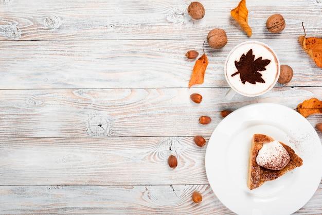 Tortenscheibe und -kaffee mit kopienraum