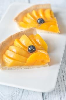 Tortenscheiben mit pfirsichen und blaubeeren