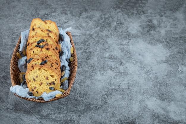 Tortenscheiben mit sultanine auf einem blau karierten handtuch