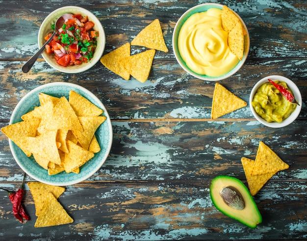 Tortilla-chips und verschiedene dips