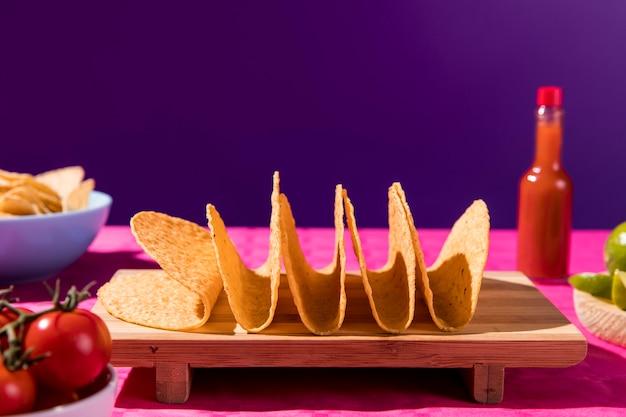 Tortilla für tacos auf holzbrett