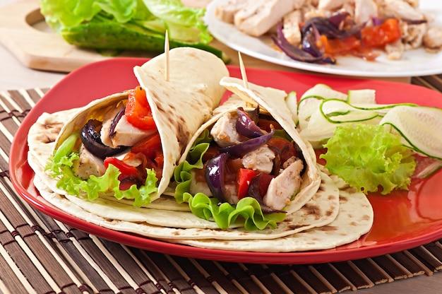 Tortilla mit hühnchen und paprika