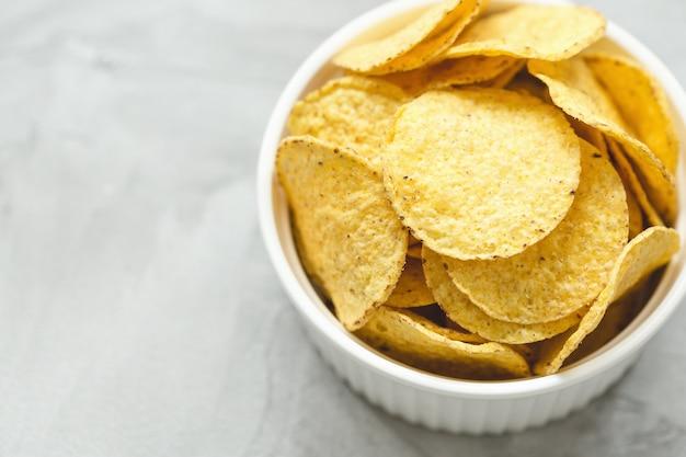Tortilla nachos corn chips in einer porzellanschale