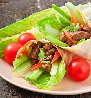 Tortilla wraps mit fleisch und frischem gemüse