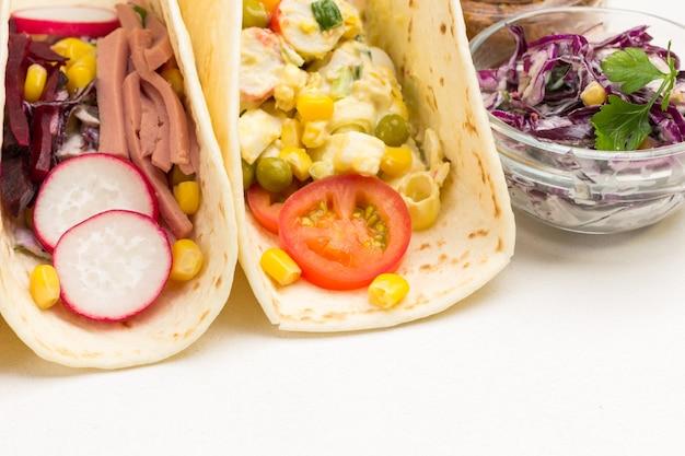 Tortilla wraps mit salat. nahansicht. weißer hintergrund. draufsicht.