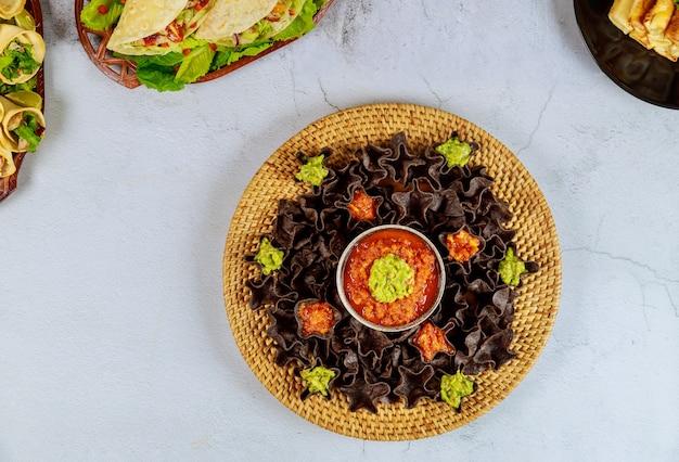 Tortillachips mit salsa und guacamole
