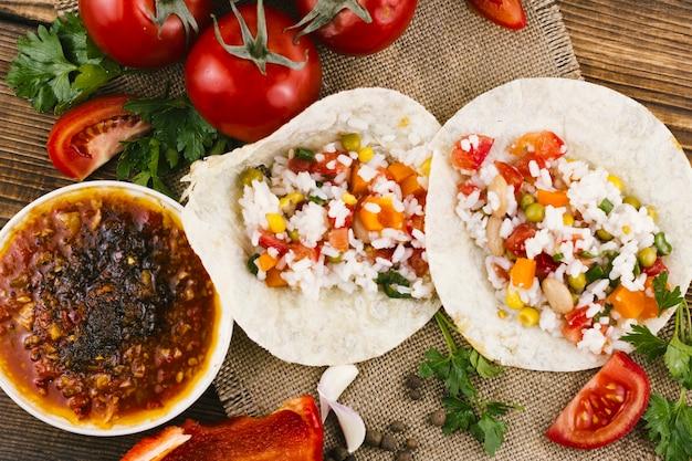 Tortillas mit würziger mexikanischer soße
