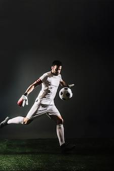 Torwart tritt ball