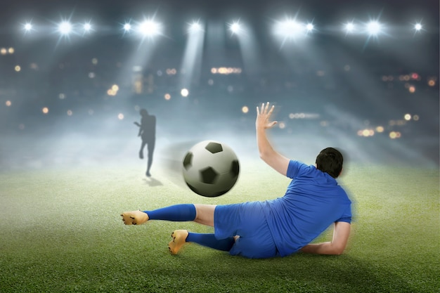 Torwart versucht, den ball zu fangen