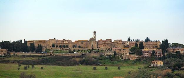 Toskanische landschaft mit alten gebäuden von barberino val d'elsa.