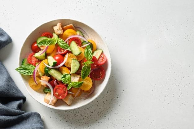 Toskanische panzanella mit tomaten und brot. ansicht von oben.