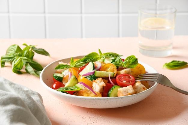 Toskanische panzanella mit tomaten und brot italienische küche
