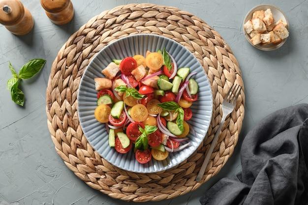 Toskanische panzanella mit tomaten und knusprigem brot ansicht von oben