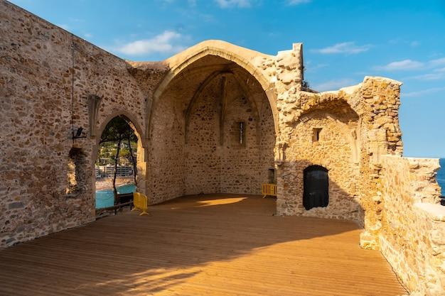 Tossa de mar schlosskirche im sommer, girona an der costa brava von katalonien im mittelmeer