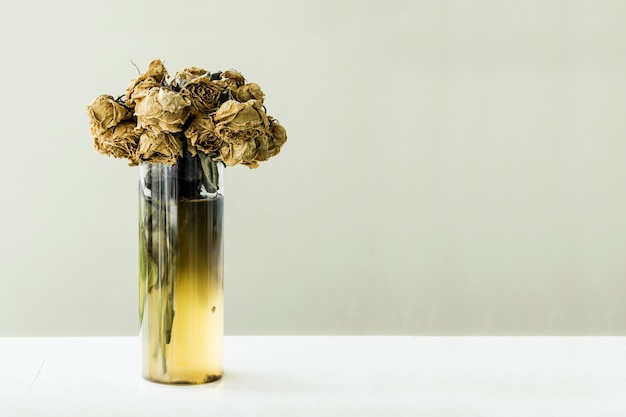 Tot blumenstrauß aus rosen verwelken in vase