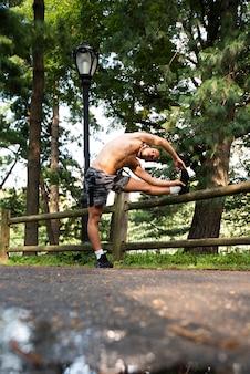 Totale des läufers ausdehnend in park