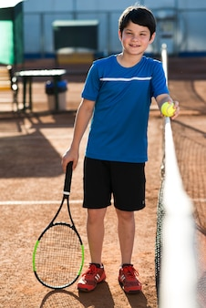 Totale kind auf dem tennisplatz