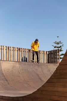 Totaler mann auf skateboard