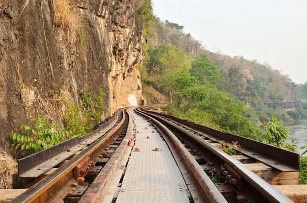 Tote eisenbahn neben klippe, entlang kwai-fluss in thailand