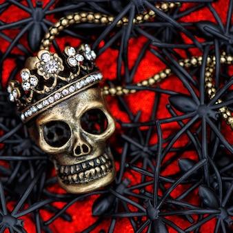 Totenkopf mit schwarzer spinnen- und käferdekoration. halloween-hintergrund