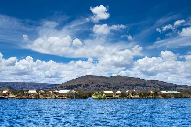 Totora-boot auf dem titicacasee in der nähe von puno, peru