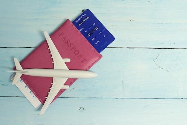 Tourismus mit einem flugzeug, reisepass und tickets