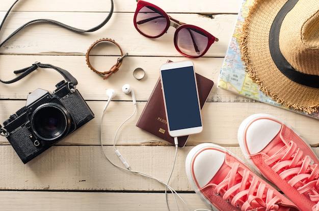 Tourismus planung und ausrüstung benötigt für die reise auf holzboden