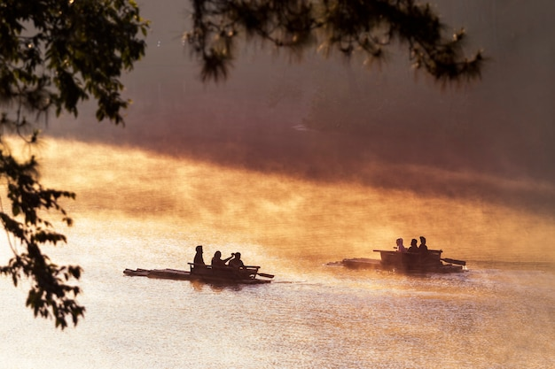 Tourist bambus-rafting in pang ung maehongson nord-thailand