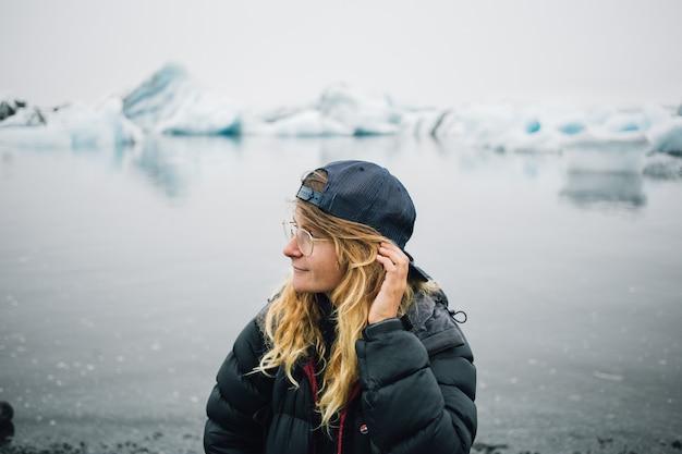 Tourist beobachtet gletscher im wasser in island