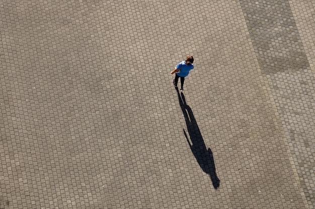 Tourist, der auf der straße geht, die bilbao stadt, spanien besucht