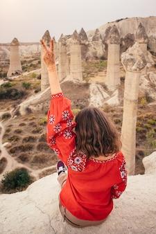 Tourist, der blick auf liebes-tal-schlucht in kappadokien, türkei genießt