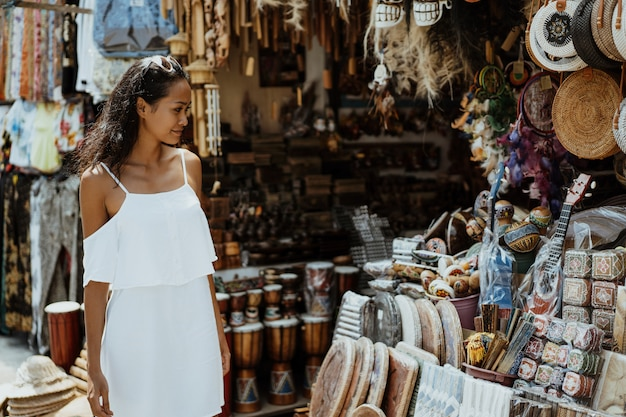 Tourist, der den souvenirladen betrachtet