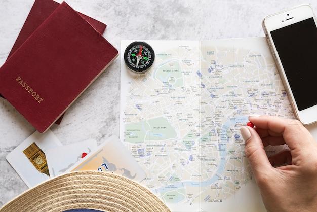 Tourist, der einen platz auf karte wählt