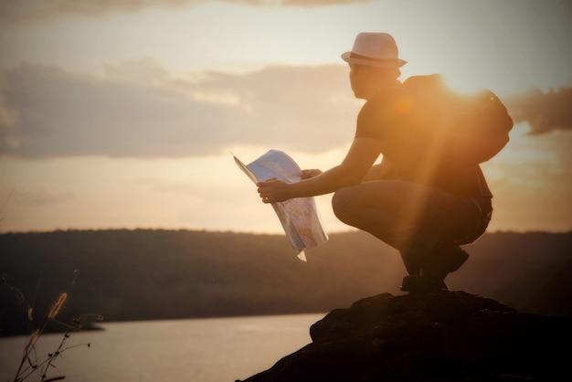 Tourist, der foto der natur macht