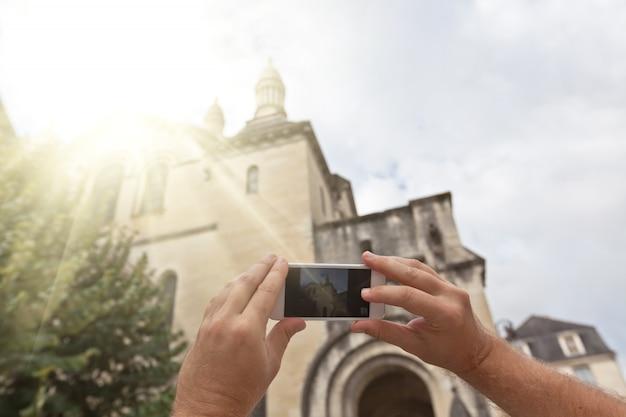 Tourist, der foto des französischen dorfs macht