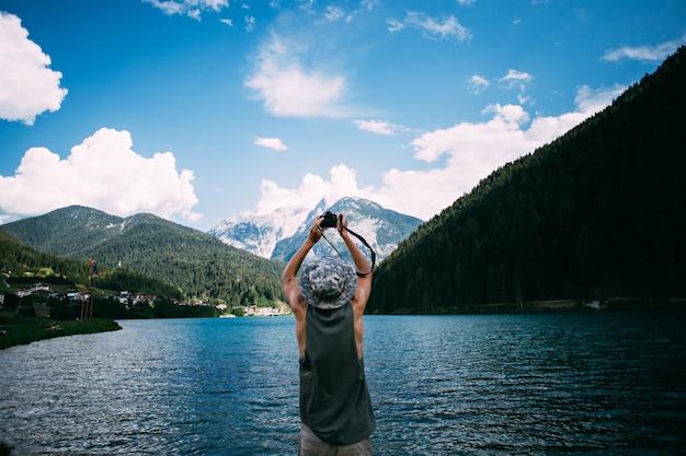 Tourist, der fotos der naturlandschaft mit seinem smartphone macht