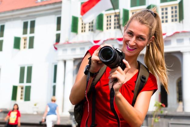 Tourist, der fotos in altem batavia-bezirk von jakarta macht