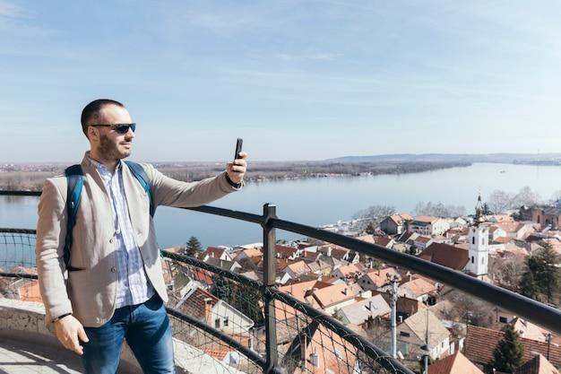 Tourist, der fotos mit smartphone macht