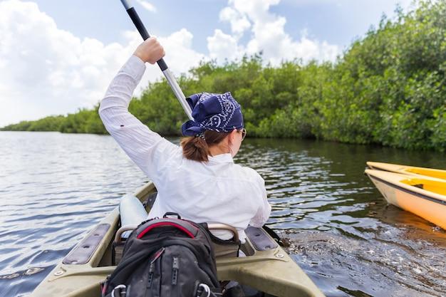 Tourist, der im mangrovenwald in den sumpfgebieten florida, usa kayak fährt