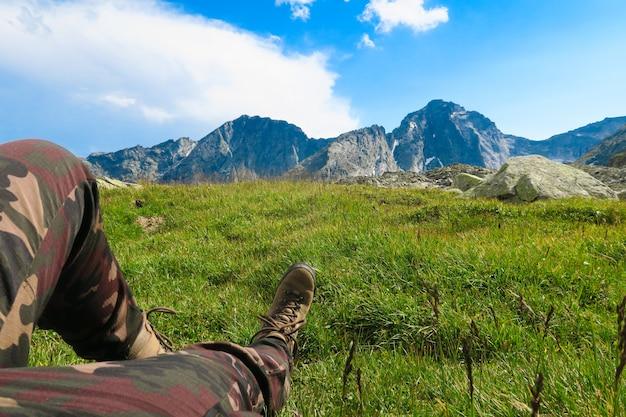 Tourist, der in den bergen mit malerischer ansicht stillsteht