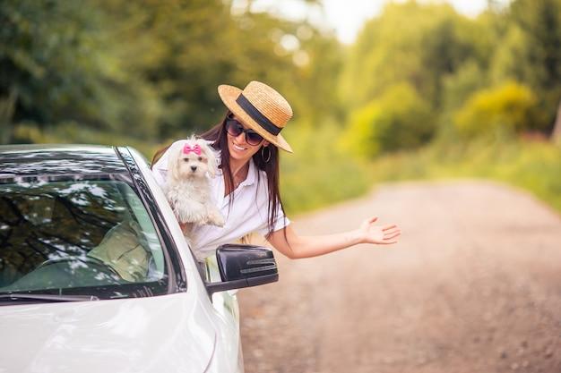 Tourist der jungen frau, der auf sommerferien genießt
