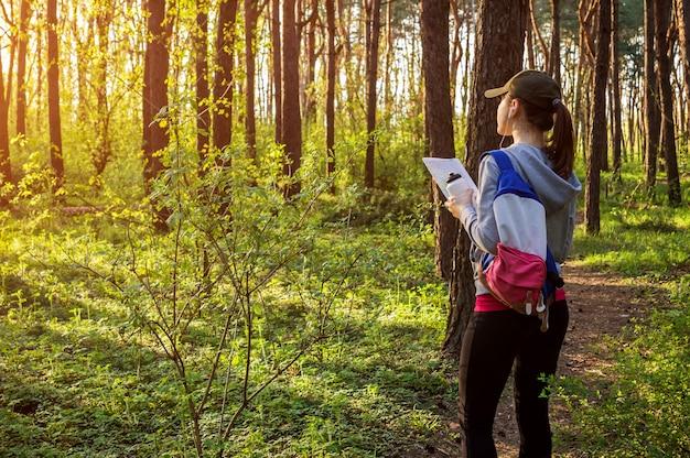 Tourist, der nach einem richtigen weg unter verwendung einer karte sucht
