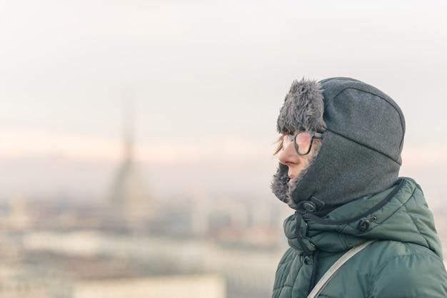 Tourist, der panoramablick von turin (turin, italien) vom balkon oben betrachtet