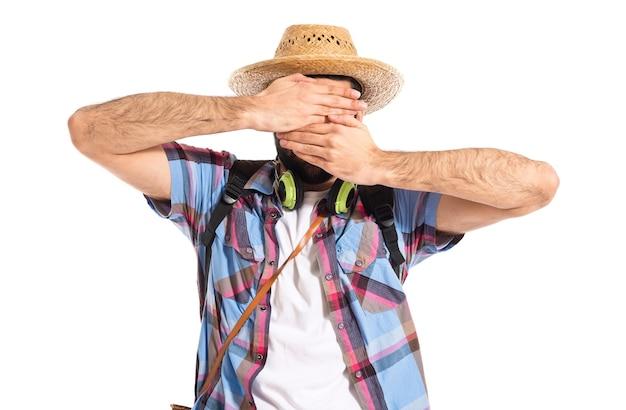 Tourist, der sein gesicht bedeckt