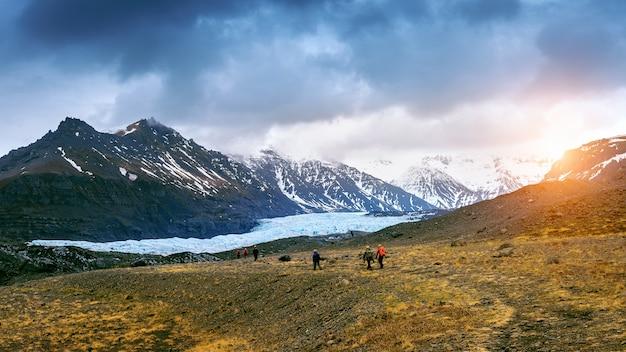 Tourist, der skaftafell-gletscher, vatnajokull-nationalpark in island aufnimmt.
