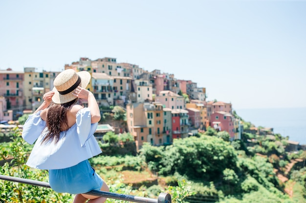 Tourist, der szenische ansicht von manarola, cinque terre, ligurien, italien betrachtet