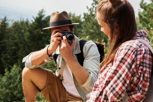 Tourist, der während der wanderung ein foto macht
